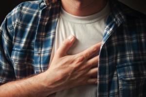 Болит грудь посередине